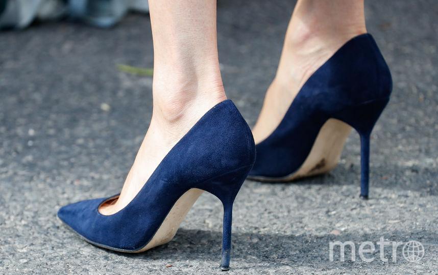 Туфли Меган Маркл были на высоком каблуке и она сняла их, чтобы дать отдых ногам. Фото Getty