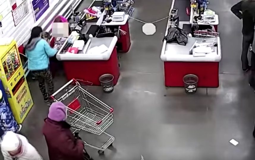 Девушка родила в супермаркете. Фото Скриншот Youtube
