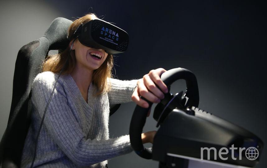 Аттракционы в VR парке действительно обманывают ваш мозг и заставляют поверить, что всё происходящее внутри шлема – реальность. Фото Василий Кузьмичёнок