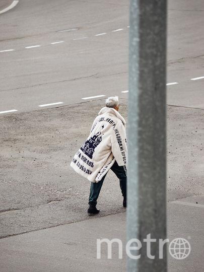 """На белой норковой шубе написано: «Человек человеку волк», «Не верь, не бойся, не проси», «Береги любовь и цели сводбоду». Фото предоставлено компанией """"Меха Екатерины""""."""