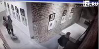Две девушки уронили стенд с картиной Дали в Екатеринбурге: видео