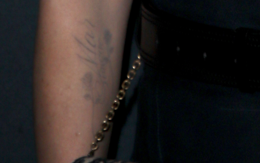 Татуировка на руке Шарлиз Терон. Фото зум фото, Getty