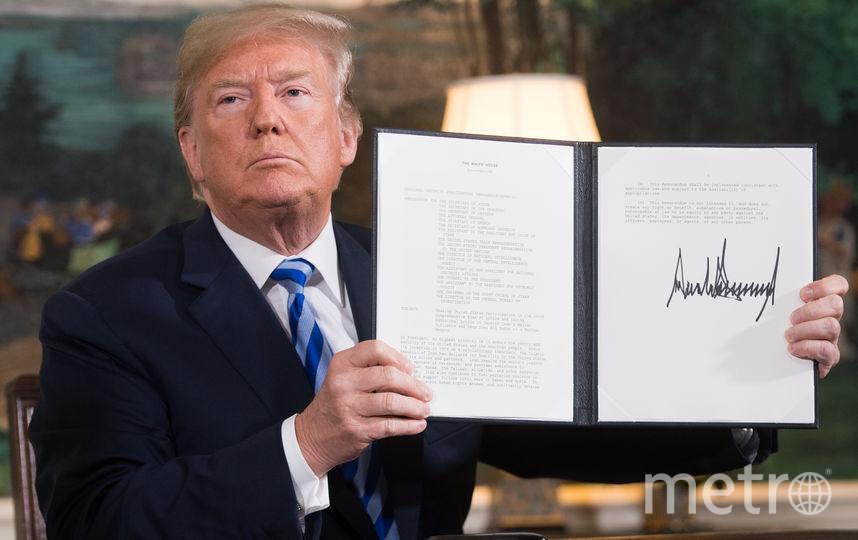 Трамп с тем самым документом по выходу из иранской сделки. Фото AFP