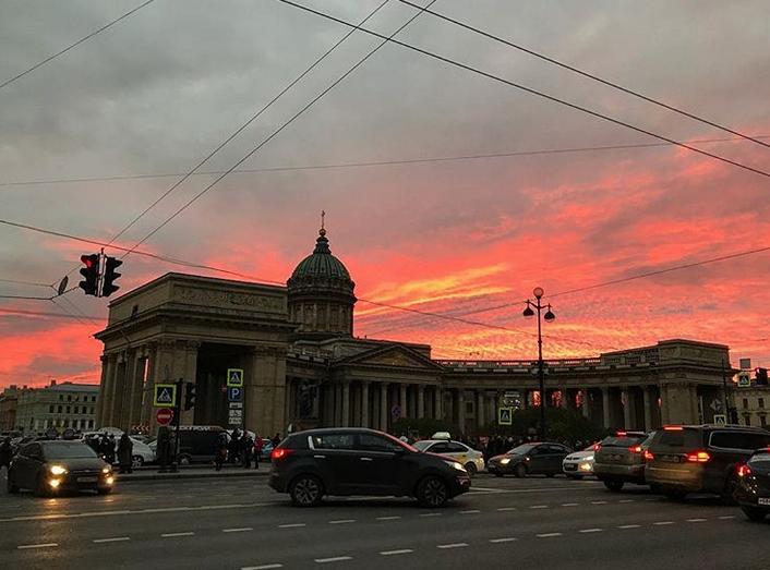 """Опять кроваво-красное небо: петербуржцы """"поймали"""" красивый закат. Фото скриншот www.instagram.com/kesova_evgeniia/"""