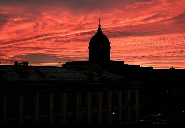 """Опять кроваво-красное небо: петербуржцы """"поймали"""" красивый закат. Фото скриншот www.instagram.com/lanayushina/"""
