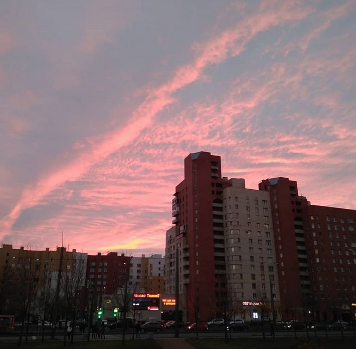"""Опять кроваво-красное небо: петербуржцы """"поймали"""" красивый закат. Фото скриншот www.instagram.com/denis_denisov_1982/"""
