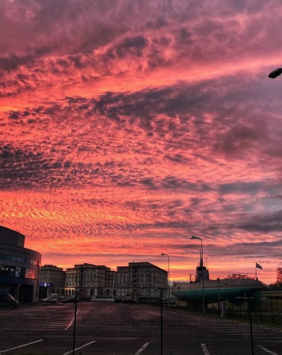 """Опять кроваво-красное небо: петербуржцы """"поймали"""" красивый закат. Фото скриншот www.instagram.com/ivanchech/"""