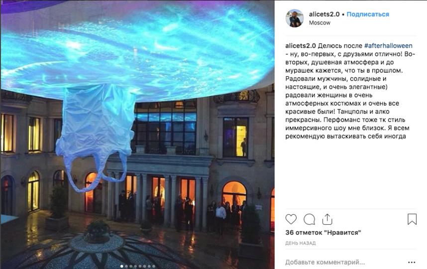 Атриум напоминал об айсберге световой инсталляцией и ледяной водой от ноябрьского дождя. Фото @alicets2.0