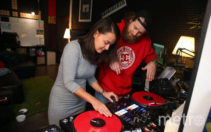 DJ Tactics объясняет репортёру Metro разницу звучания частот. Говорить простым языком ему не впервой, ведь он создаёт обучающую программу «Тактика звука». Фото Василий Кузьмичёнок