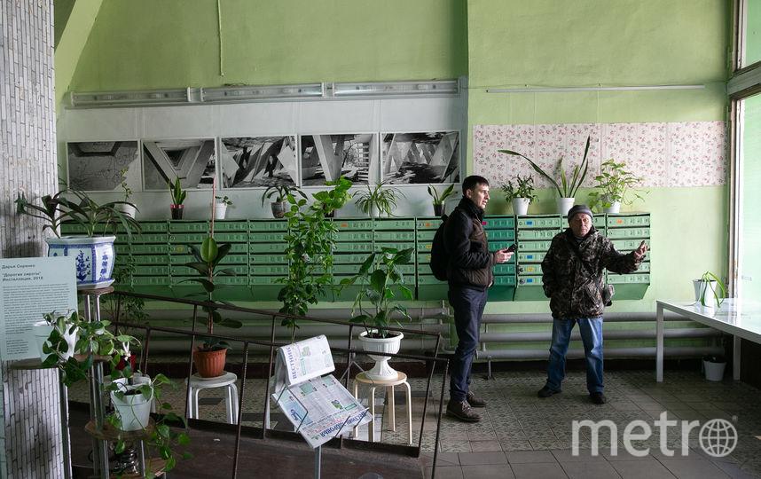 В холле второго подъезда – подборка архивных фотографий здания... Фото Василий Кузьмичёнок