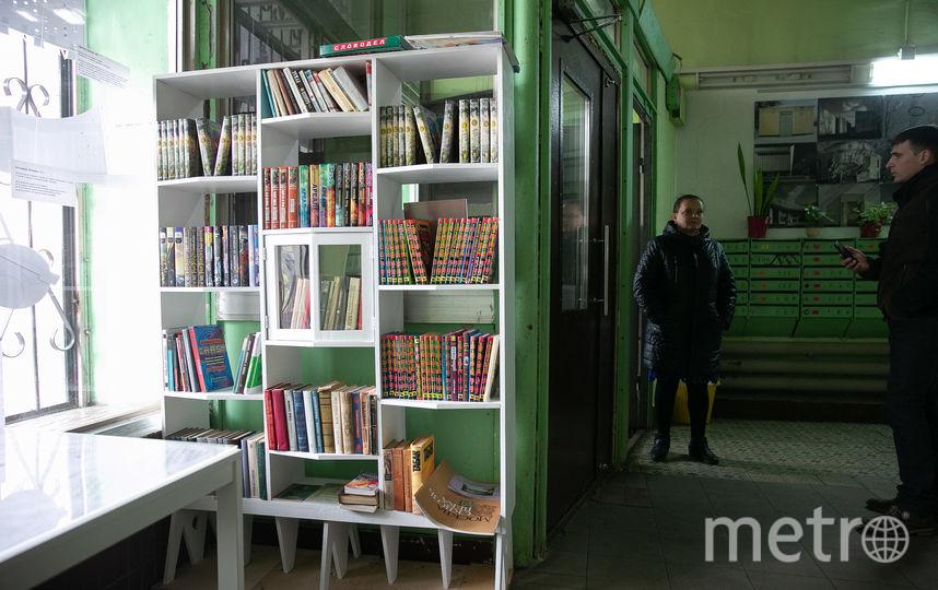...и мини-библиотека, причём шкаф выполнен в форме дома. Фото Василий Кузьмичёнок