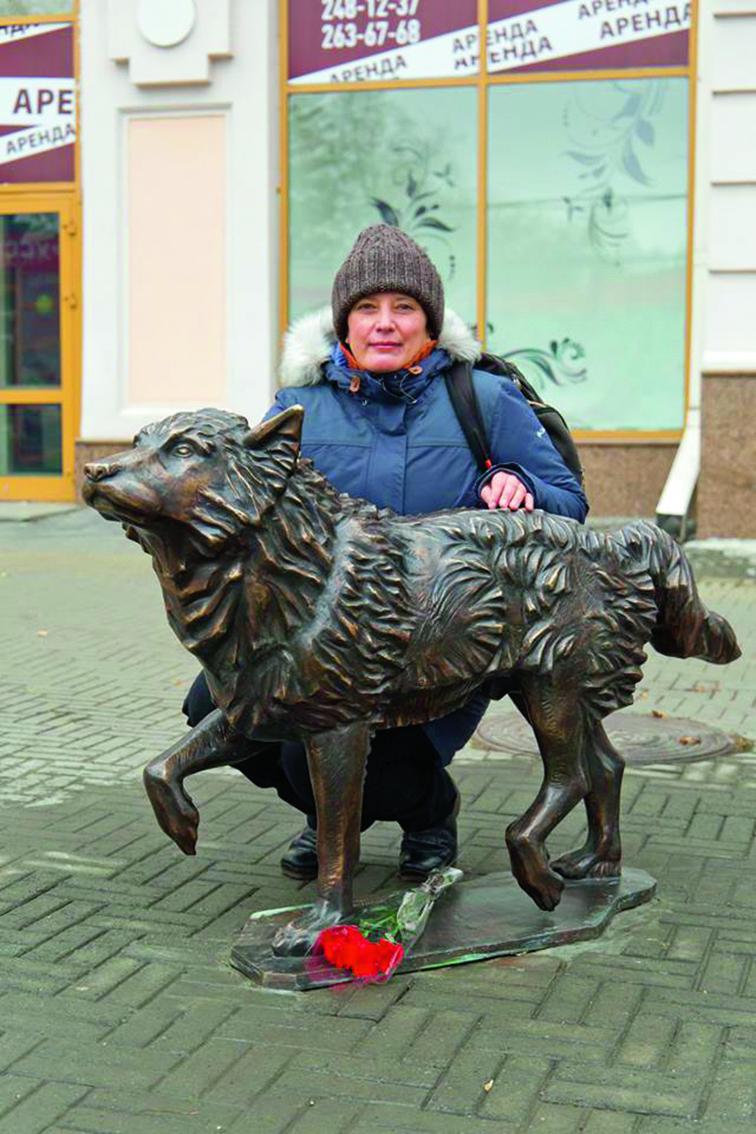 Памятник Хатико и его создатель – скульптор Алла Давидович. Фото Дмитрий Куткин