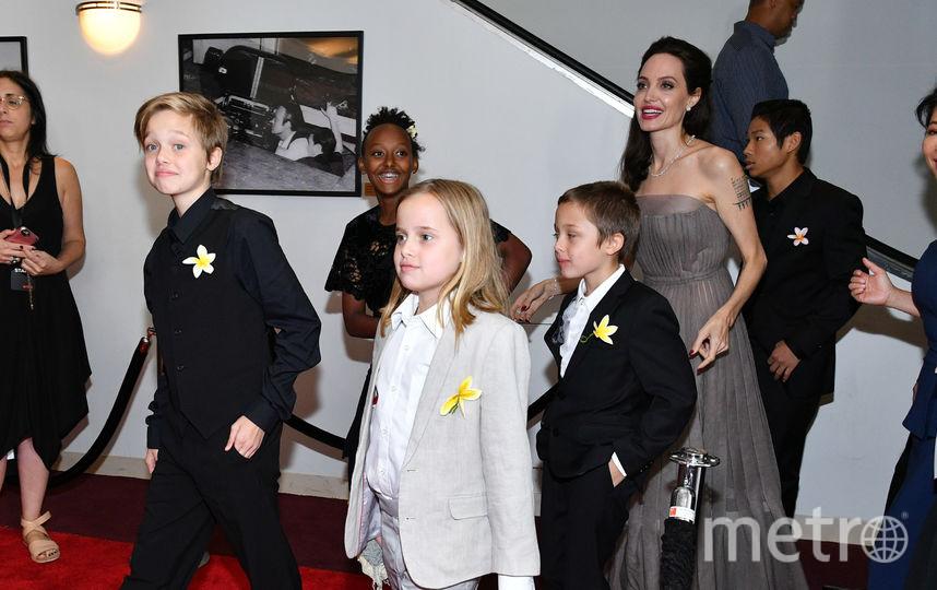 Джоли с детьми. Фото Getty