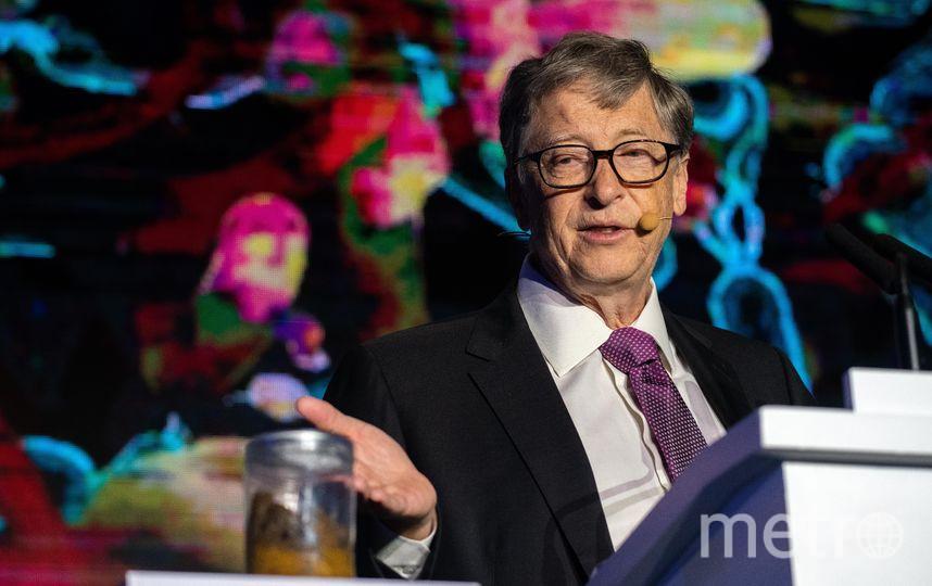 Билл Гейтс рассказывает о своей новой разработке. Фото AFP