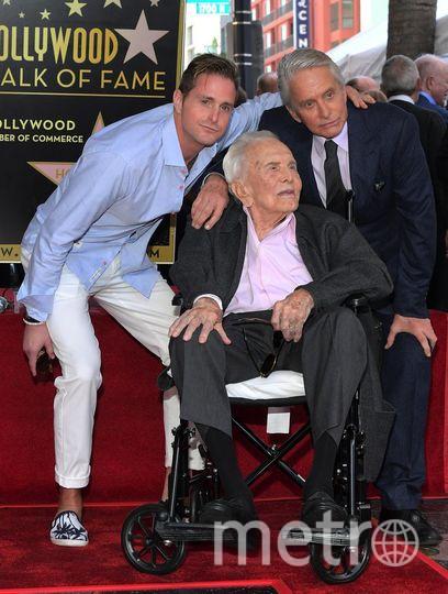 Открытие звезды Майкла Дугласа на Аллее славы. Слева - сын Дугласа Кэмерон. Фото Getty