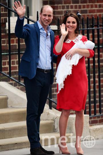 Принц Уильям и Кейт Миддлтон с принцем Луи возле госпиталя. Фото Getty