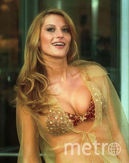 Бразильская супермодель Жизель Бундхен демонстрирует украшенный драгоценностями бюстгальтер стоимостью 15 млн долларов. Шоу Victoria's Secret, 2000 год. Фото Getty