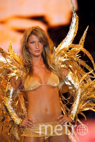 Бразильская супермодель Жизель Бундхен. Шоу Victoria's Secret во Франции, 2000 год. Фото Getty