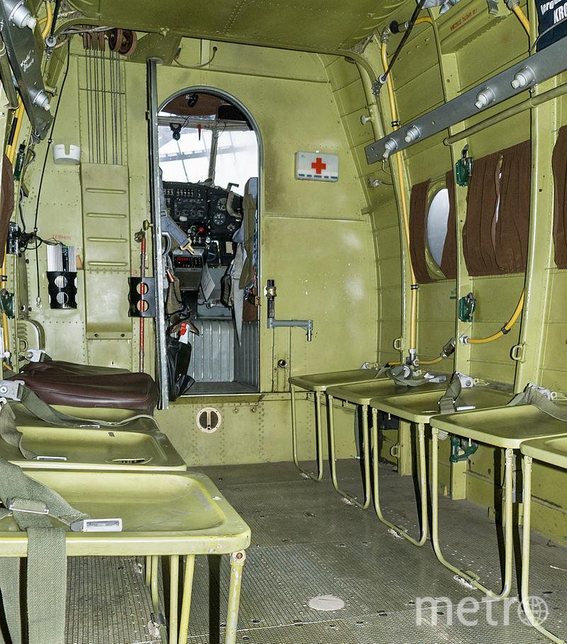 Ан-2. На борту пассажиры сидят на жестких откидных сиденьях.