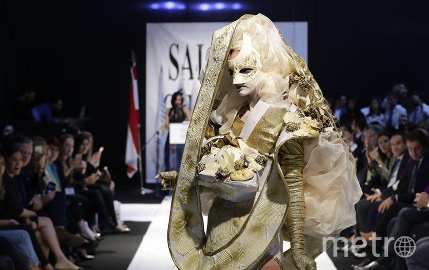 Коллекция шоколадных платьев представлена сегодня в Бейруте. Фото AFP