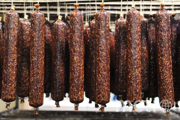 Производитель утверждает, что его продукт соответствует нормам шариата, ГОСТу и техстандартам. Фото РИА Новости