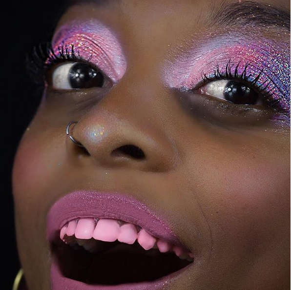 Макияж для зубов. Фото www.instagram.com/chromtoothpolish