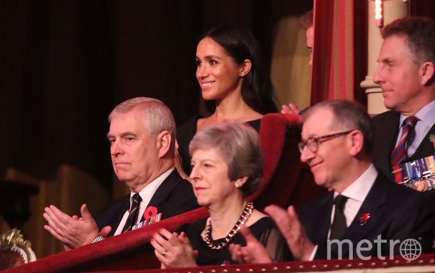 Премьер-министр Британии тереза Мэй (в центре) и Меган Маркл (на заднем плане). Фото Getty