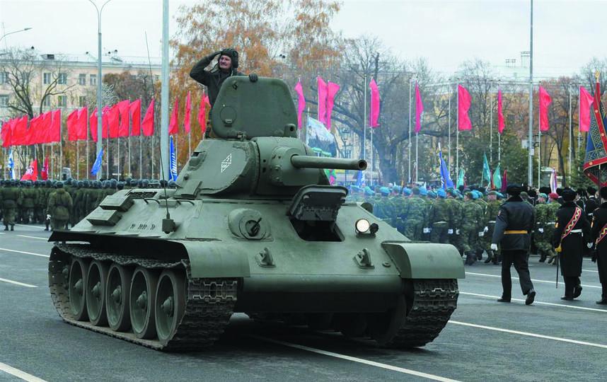 """Легендарный танк Т-34, восстановленный сотрудниками тольяттинского музея имени Сахарова,  прошёл по Самаре. Фото Егор Важнов, """"Metro"""""""