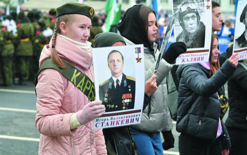 """Юные жители губернии пронесли портреты героев в парадном строю. Фото Егор Важнов, """"Metro"""""""