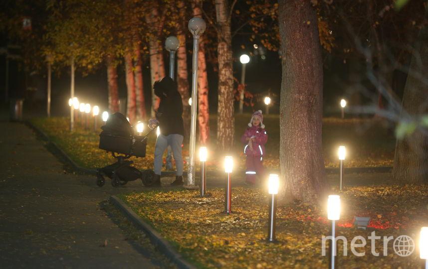Детишкам новые фонарики пришлись по душе. Но многие недовольны такой иллюминацией. Фото Василий Кузьмичёнок