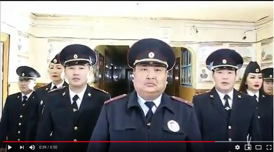 Танцующие полицейские. Фото скрин-шот, Скриншот Youtube