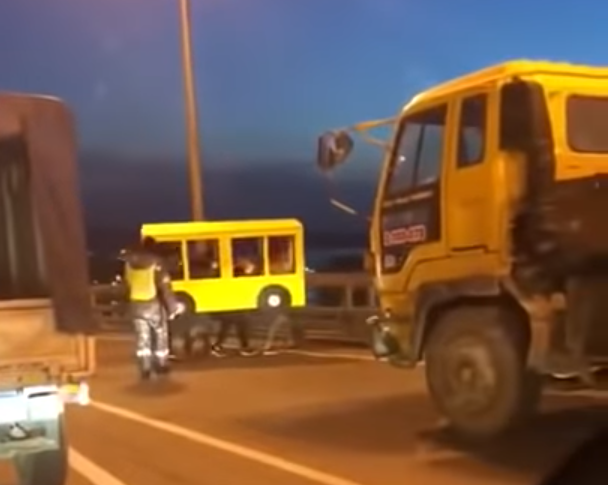 Жители Владивостока в коробке в виде автобуса. Фото Скриншот, Скриншот Youtube