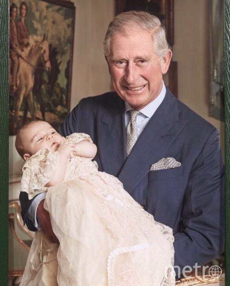 Это фото принца Чарльза с третьим внуком было сделано на крестинах принца Луи.