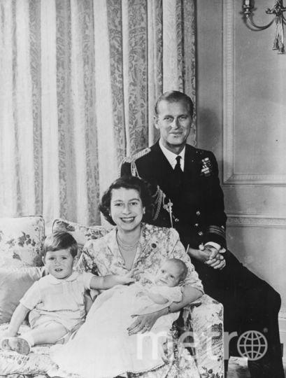 Елизавета II с принцем Филиппом и детьми в 1950-м году (принц Чарльз - слева). Фото Getty