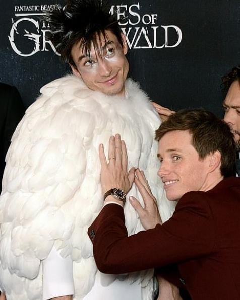 """Эзра Миллер и Энди Редмэйн на премьере """"Фантастических тваре"""" в Лондоне. Фото Скриншот https://www.instagram.com/redcarpetmood/."""