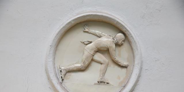 9-й по счёту медальон с конькобежкой можно найти, если ехать в сторону