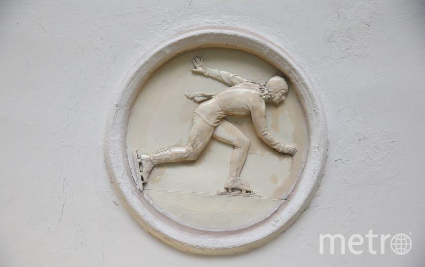 9-й по счёту медальон с конькобежкой можно найти, если ехать в сторону «Алма-Атинской» и выходить из последнего вагона. Фото Василий Кузьмичёнок