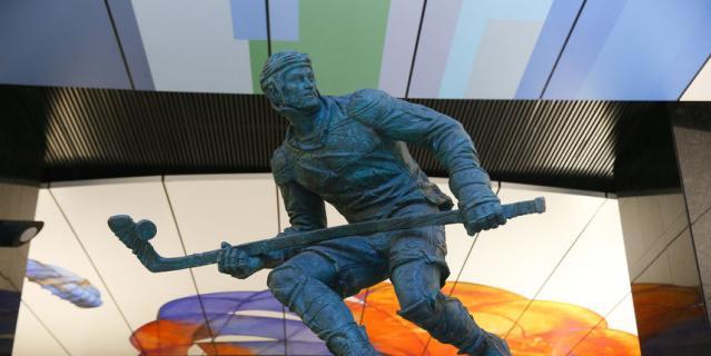 Последним к ряду скульптур спортсменов