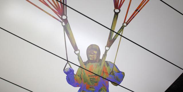Этот парашютист