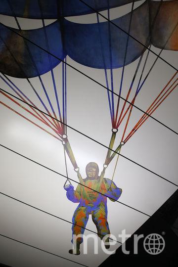 Этот парашютист «летает» прямо над платформой станции. Фото Василий Кузьмичёнок