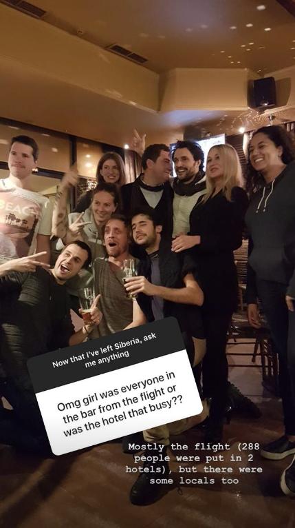 Вечер пассажиры, большинство из которых были французы, коротали в одном баре, где смогли познакомиться и с местными жителями. Фото instagram  corinneinparis; agnes_lc