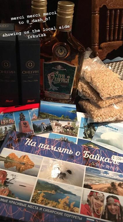 Одна из жительниц Иркутска передала девушкам дары Сибири – кедровые орешки, настойки и открытки. Фото instagram  @corinneinparis; agnes_lc