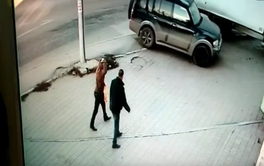 В Калуге мужчина до смерти забил прохожего дубиной возле супермаркета: Видео. Фото Скриншот Youtube