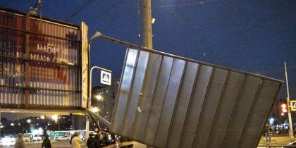 В Петербург нагрянул сильный ветер: Фото последствий