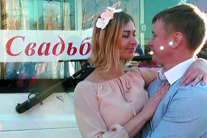Ирина и Георгий проехали по Тольятти на необычном свадебном транспорте. Фото ВАЗ ТВ, vk.com
