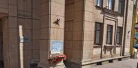 Мемориальную доску в память о блокаде Ленинграда на Невском закрасили вандалы
