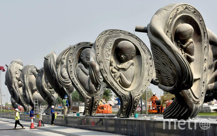 Бронзовые скульптуры установлены у медицинского центра в Дохе. Фото AFP