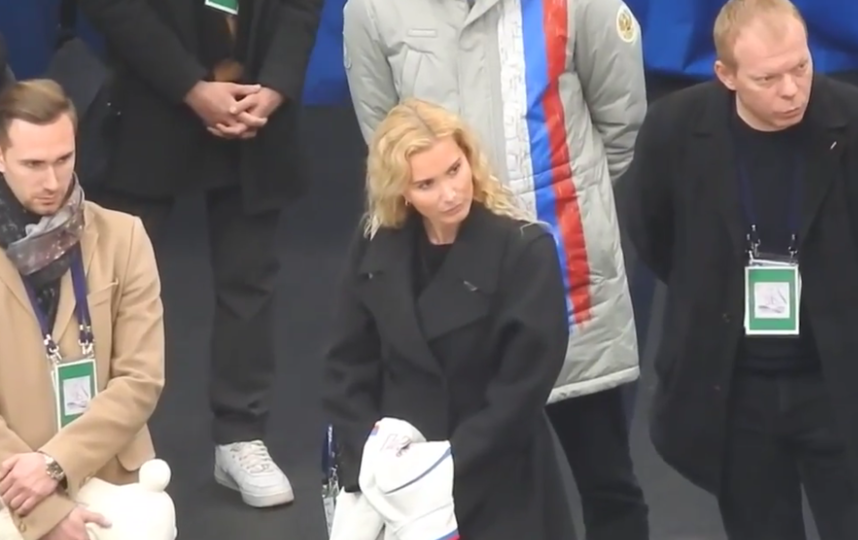 Тренеры поддерживают Алину Загитову во время ее выступления. Фото Все - скриншот YouTube