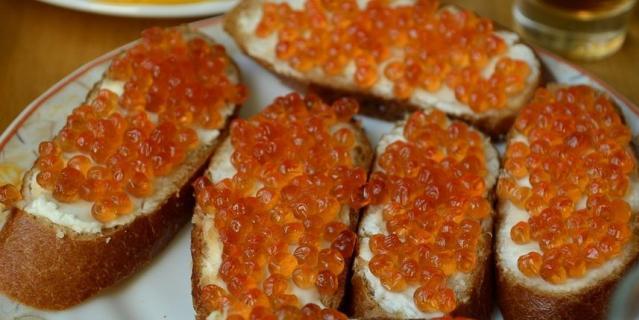 Лососевая икра вырабатывается из кеты, горбуши, кижуча, нерки с помощью обработки раствором поваренной соли, иногда с использованием антисептиков.