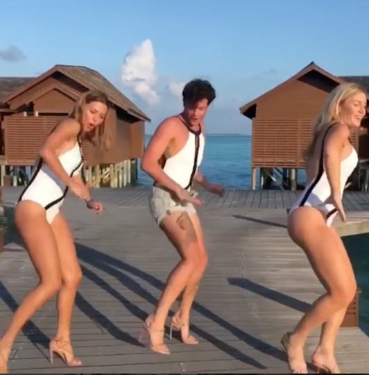 Боня танцует с друзьями. Фото www.instagram.com/victoriabonya